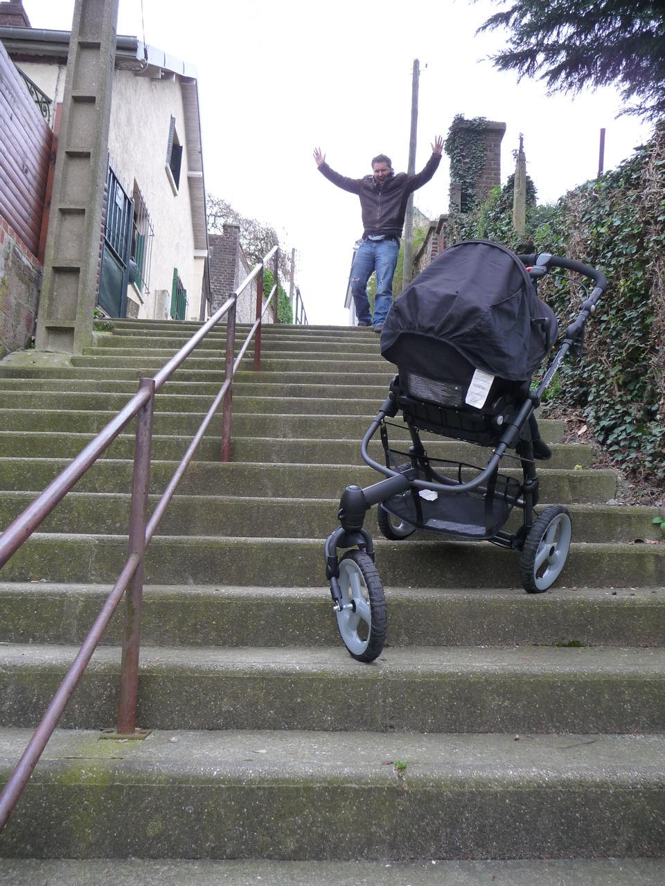 poussette bebe escalier